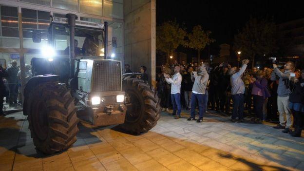 У входов на некоторые участки стоят тракторы, чтобы заблокировать возможные действия полиции