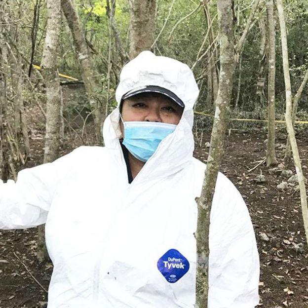 Pérez Rodríguez con un traje protector tomando muestras en campo Foto: gentileza Ciencia Forense Ciudadana