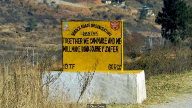Những biển báo hài hước ở Bhutan _95589805_bc1c9ea8-1578-4b4b-b02a-6b649f3db949