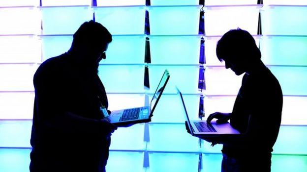 Hombres con computadoras portátiles