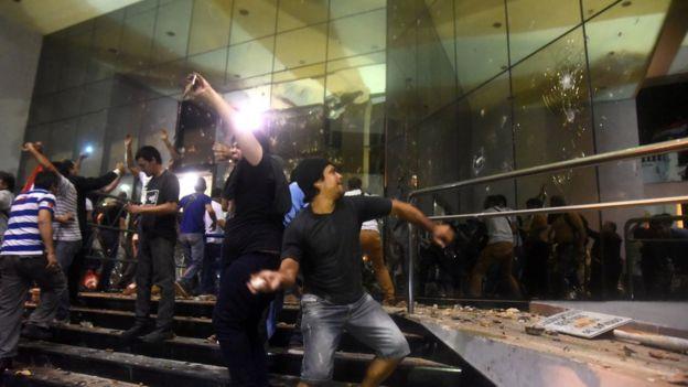 Paraguay'da göstericiler kongreye taş atıyor
