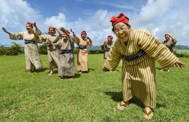 Mujeres ancianas bailan en la isla de Kohama, en Okinawa, Japón, el 22 de junio de 2015.