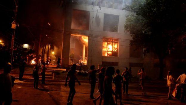 Congresso do Paraguai em chamas