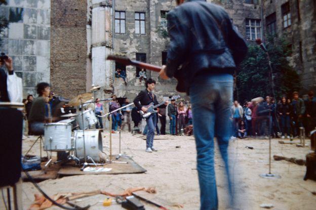 Un concierto punk en el este de Berlín en 1985.