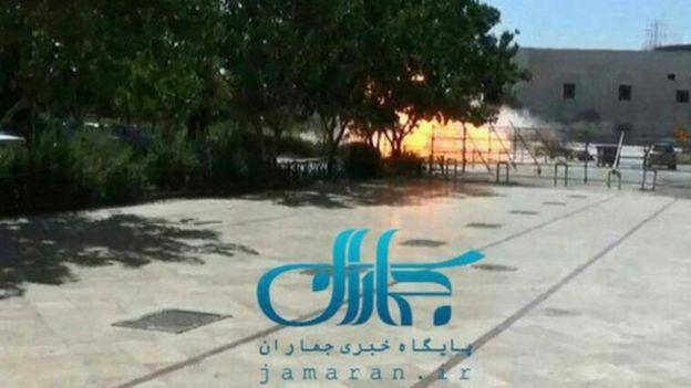 Fars News tarafından yayınlanan bu fotoğraf, Humeyni Türbesi dışındaki patlama anının fotoğrafını paylaştı