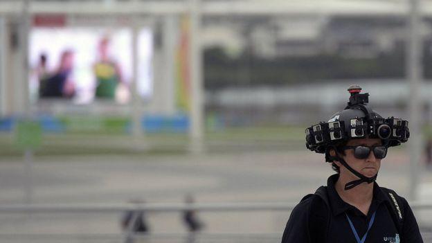 Hombre con un casco lleno de cámaras