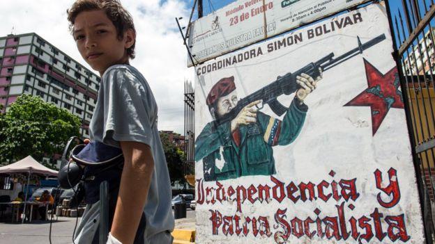 Un mural de Chávez armado