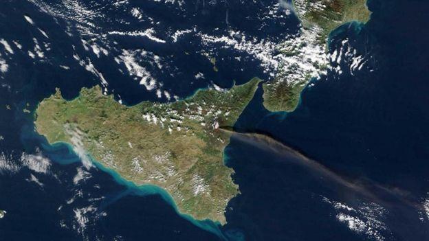 Foto tirada do espaço mostra erupção do Monte Etna