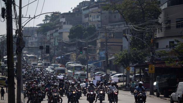 Motociclistas protestam no Complexo do Alemão