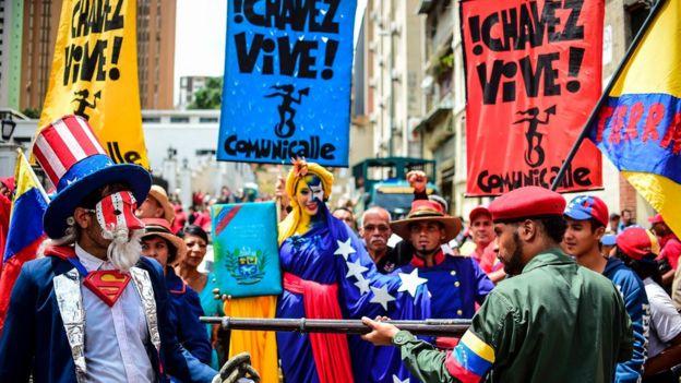 Os participantes da marcha Caracas anti-imperialista