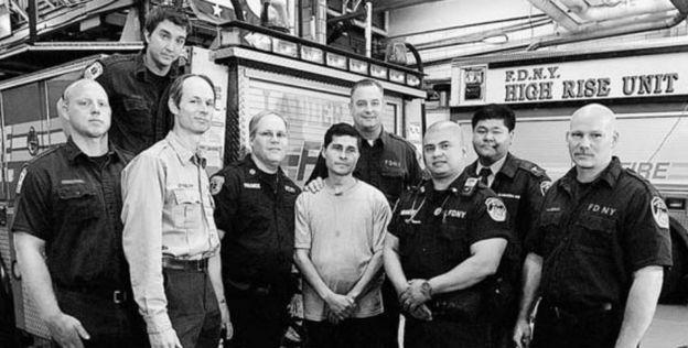 Alcides Moreno com os bombeiros que o resgataram