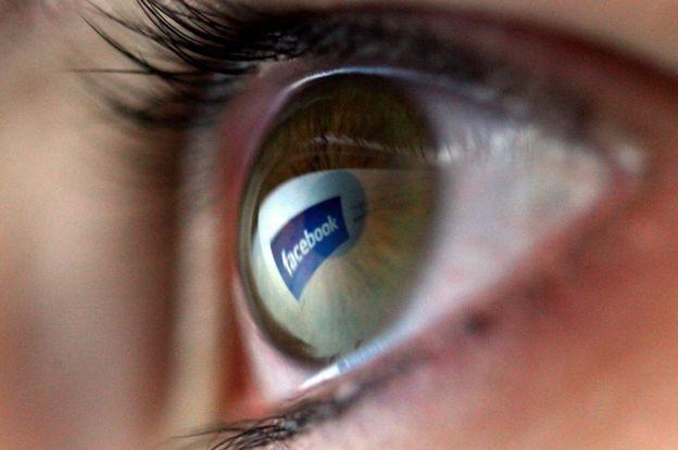 Un ojo con el logo de Facebook.