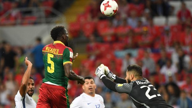 El gol de Ngadeu fue anulado pese a que pareció que no hubo infracción sobre Vidal.