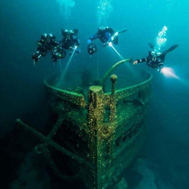 Restos del buque Eber Ward iluminados por las linternas de cuatro buzos Foto: Jennifer Idol