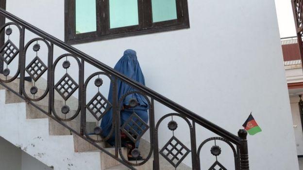 Mujer afgana con una burka.