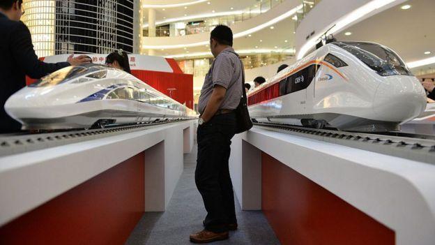 Modelos a escala de trenes chinos de alta velocidad.