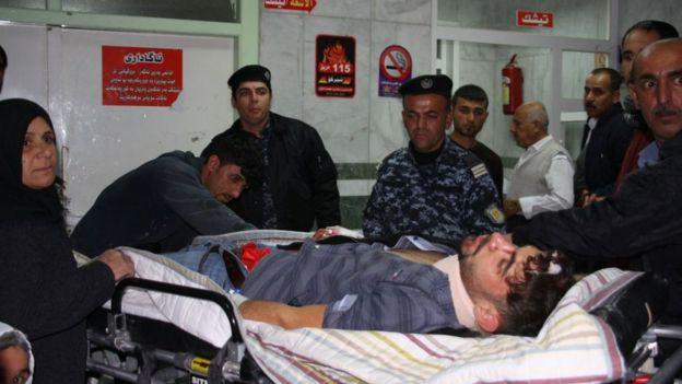 Hombre herido rodeado de gente