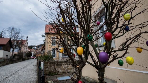 Árvore decorada com ovos na Alemanha