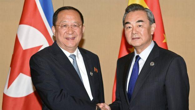 Kuzey Kore Dışişleri Bakanı Ri Yong Ho (solda), Çin Dışişleri Bakanı Wang Yi ile de biraraya geldi.