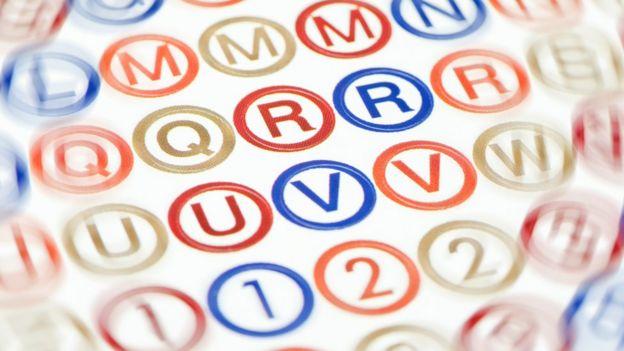 Una cartilla que muestra letras que empiezan a hacerse borrosas.