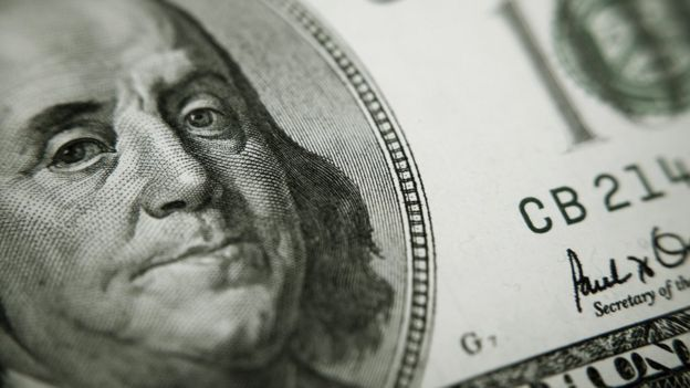 Cara de Benjamin Franklin en un billete de dólar.