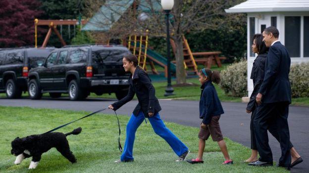 Rais Obama atembea na mkewe, mabinti wao na mbwa