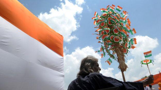 প্রজাতন্ত্র দিবসে ভারতের জাতীয় পতাকাকে সম্মান জানান বহু নাগরিক
