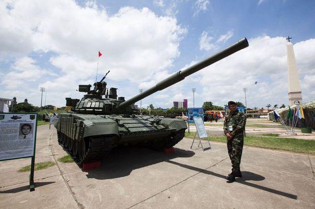Un tanque modelo T-72B1 donado por Rusia a Nicaragua expuesto en el malecón de Managua el 16 de agosto de 2016.