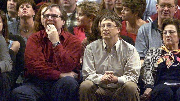 Paul Allen y Bill Gates en un partido de baloncesto