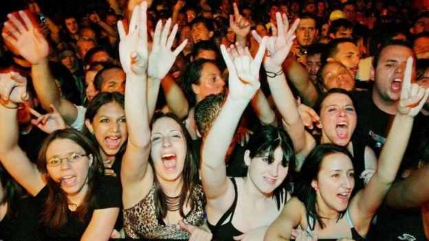 Una multitud en la primera fila de un concierto