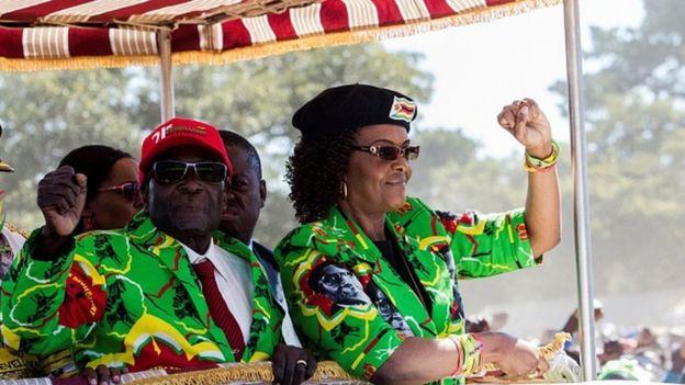 Robert Mugabe (izquierda) y su esposa, Grace Mugabe (derecha)