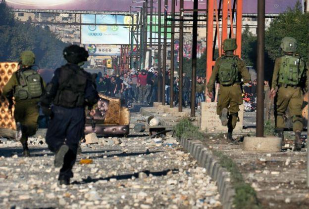 Вооруженные камнями протестующие вступили в столкновения с силами безопасности в Наблусе на Западном берегу