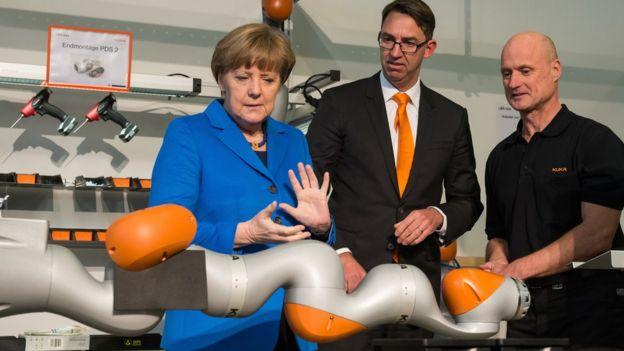 Angela Merkel, en una fábrica de robots en Alemania