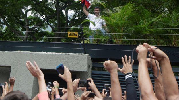 Leopoldo López saluda a sus simpatizantes