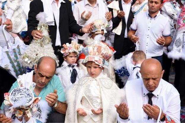 কসোভোতে মুসলিম শিশুদের খৎনার পর উৎসব