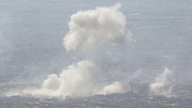 Fumaça sobre Douma após bombardeios do governo no dia 7 de abril