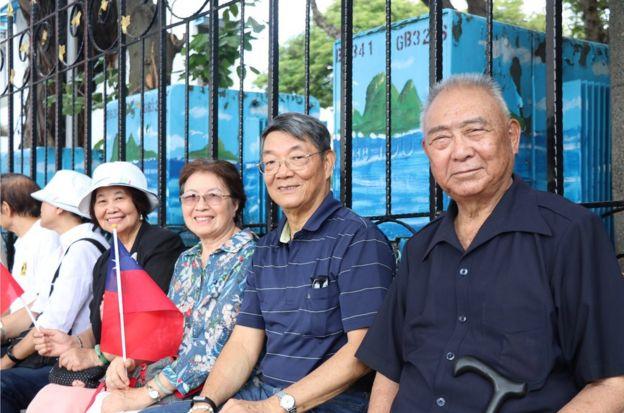 王老士官长(右一),带着退休的老官兵们来参加国庆