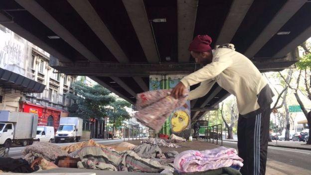 Moradores em situação de rua embaixo do elevado João Goulart