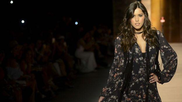 La Miss Universo 2014 Paulina Vega desfila con ropa diseñada para Falabella.