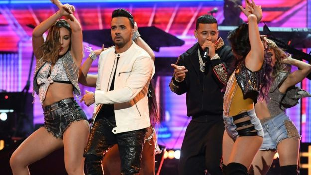 "Luis Fonsi y Daddy Yankee interpretando ""Despacito"""