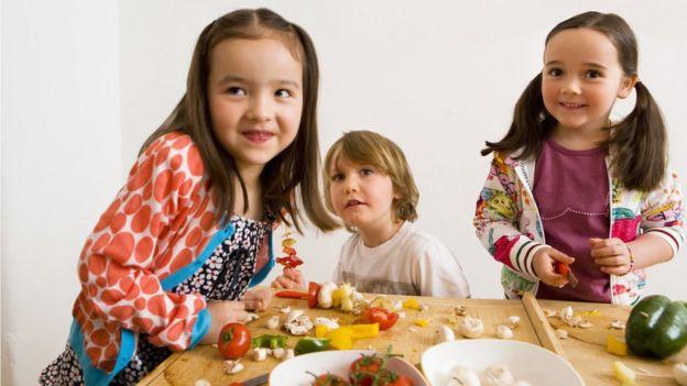 Niños preparando comida