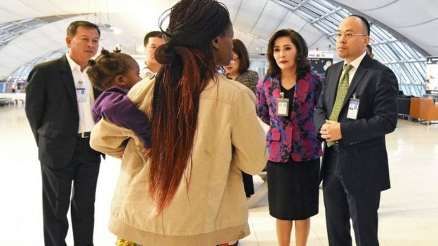 Thai officials talk to one of the family in Suvarnabhumi airport (27 Dec 2017)