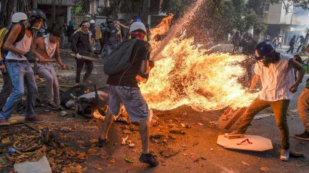 Una motocicleta en llamas en una protesta en Caracas el 4 de mayo de 2017.
