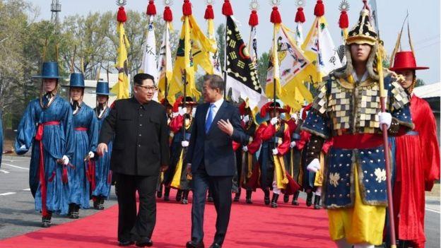 Kim Jong-un e Moon Jae-in caminham e conversam