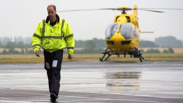 Принц Уильям завершит работу пилота вертолёта ночной сменой. https://ichef-1.bbci.co.uk/news/624/cpsprodpb/D155/production/_97098535_hi040804452.jpg