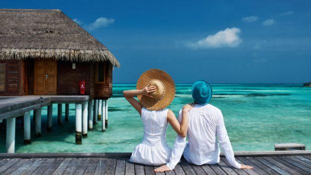 Una pareja en un resort de Maldivas