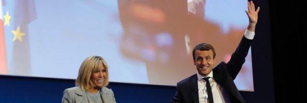 Emmanuel Macron y su esposa Brigitte Trogneux, celebran la victoria del 23 de julio