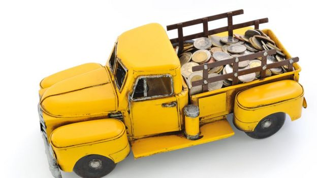 Camioneta vieja cargada de monedas.