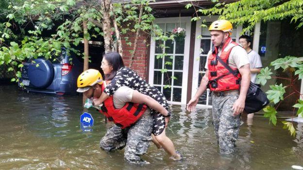 Guardias rescatan a una familia en Houston