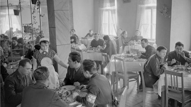 Военные ракетного гарнизона в столовой, 1 сентября 1964